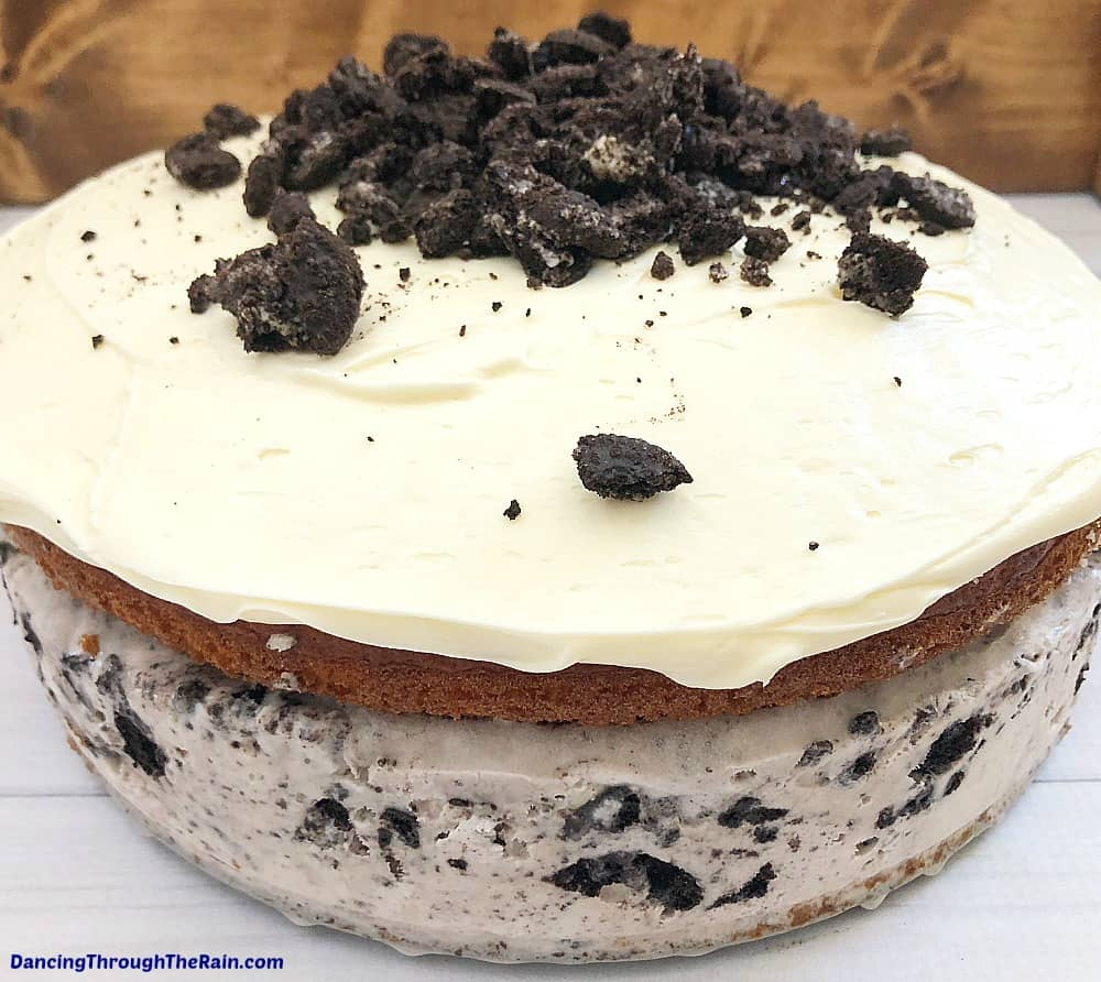 Finding an easy ice cream cake recipe can be a challenge, but I've got the answer! For any fan of Oreo cookies, this ice cream cake is one that you can make in any kitchen for any occasion.